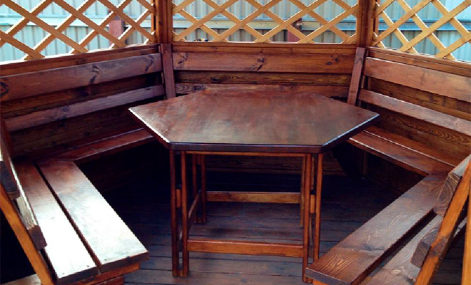 Деревянный стол в беседку