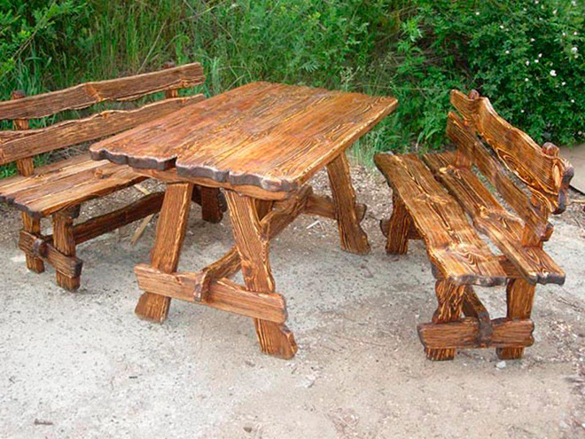 Стол и скамейка из неровных досок