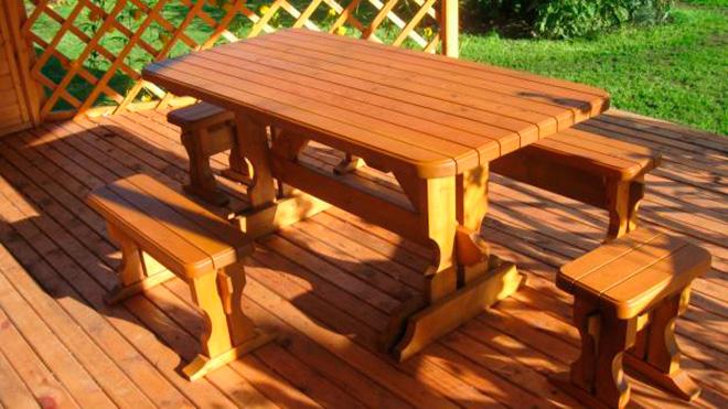 Деревянные стол и скамейка в беседку
