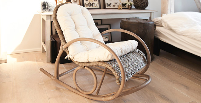 Кресло-качалка с мягкой подкладкой